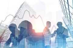 Executivos das silhuetas em uma cidade, gráficos Imagem de Stock