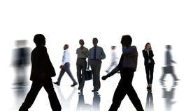 Executivos das silhuetas que comutam e isoladas no branco Imagens de Stock