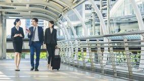 Executivos de passagem pedestre exterior da caminhada Imagens de Stock Royalty Free