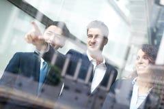 Executivos de reunião de grupo Fotografia de Stock Royalty Free