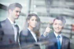 Executivos de reunião de grupo Imagens de Stock Royalty Free