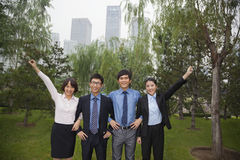 Executivos de sorriso novos no parque, retrato em seguido Foto de Stock Royalty Free