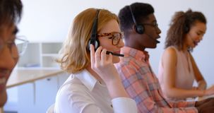 executivos de vendas Multi-?tnicos do cliente que falam em auriculares no escrit?rio moderno 4k filme