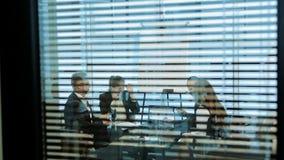 Executivos diversos em uma reunião video estoque