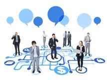 Executivos diversos que trabalham e conectados Imagem de Stock Royalty Free