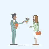 Executivos do arquivo de original de Give Businesswoman Paper do homem de negócios ilustração stock