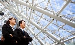 Executivos do carrinho no escritório moderno Fotografia de Stock Royalty Free