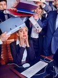 Executivos do escritório Os povos da equipe são infelizes com seu líder Foto de Stock