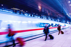 Executivos do movimento no estação de caminhos-de-ferro das horas de ponta imagem de stock royalty free