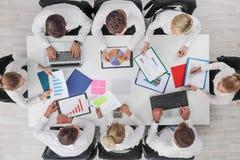 Executivos do trabalho com estat?sticas imagem de stock royalty free