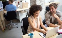 Executivos dos bons trabalhos de equipe no escrit?rio Conceito de encontro bem sucedido do local de trabalho dos trabalhos de equ imagens de stock