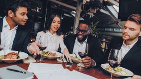 Executivos dos colegas incorporados no restaurante imagem de stock royalty free