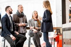 Executivos durante a ruptura de café imagem de stock