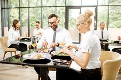 Executivos durante um almoço no restaurante foto de stock