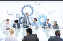 Executivos em símbolos de uma reunião e da engrenagem imagens de stock