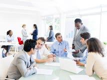 Executivos em torno da tabela de conferência Imagem de Stock
