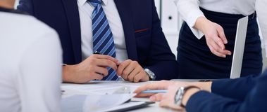 Executivos em uma reunião no escritório Focalize no homem do chefe ao assinar o contrato ou papéis financeiros Fotografia de Stock Royalty Free