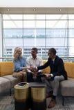 Executivos empresariais dos Caucasians que agitam a mão ao sentar-se no sofá foto de stock royalty free