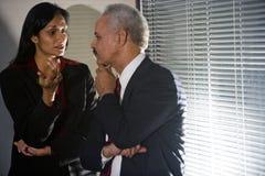 Executivos empresariais maduros na conversa privada Fotos de Stock