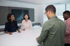 Executivos empresariais na sala de reuniões Imagem de Stock