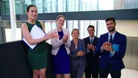 Executivos empresariais que aplaudem após a apresentação video estoque