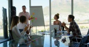 Executivos empresariais que aplaudem na sala de conferências do escritório moderno 4k vídeos de arquivo