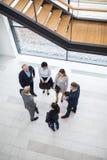 Executivos empresariais que discutem na entrada do escritório fotos de stock
