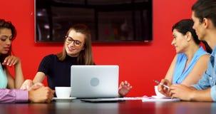 Executivos empresariais que discutem sobre o portátil vídeos de arquivo