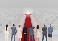 Executivos empresariais que olham a seta vermelha que atravessa um labirinto fotos de stock