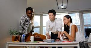 Executivos empresariais que têm a discussão sobre a tabuleta digital