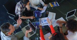 Executivos empresariais que trabalham na tabela no escritório moderno 4k video estoque