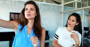 Executivos fêmeas que discutem na tela invisível 4k video estoque
