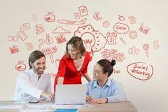 Executivos felizes em uma mesa que olha um computador contra o fundo branco com gráficos vermelhos Foto de Stock