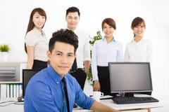 Executivos felizes que trabalham no escritório Fotografia de Stock