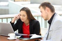 Executivos frustrantes que trabalham fora Fotografia de Stock
