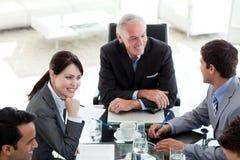 Executivos internacionais que discutem Imagens de Stock Royalty Free