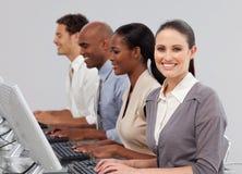 Executivos internacionais que trabalham em uma linha Imagens de Stock Royalty Free