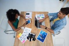 Executivos masculinos e fêmeas que trabalham no escritório imagens de stock