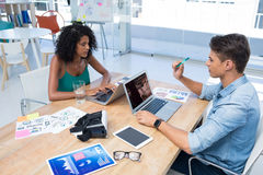 Executivos masculinos e fêmeas que trabalham no portátil imagens de stock royalty free