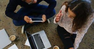 Executivos masculinos e fêmeas que trabalham no portátil vídeos de arquivo