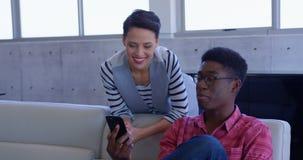Executivos multi-?tnicos felizes que discutem sobre o telefone celular no escrit?rio moderno 4k vídeos de arquivo