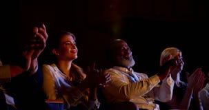 executivos Multi-étnicos que aplaudem no seminário do negócio no auditório 4k filme