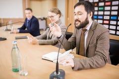 Executivos na conferência de imprensa imagem de stock