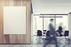Executivos na entrada do escritório, parede de madeira Foto de Stock
