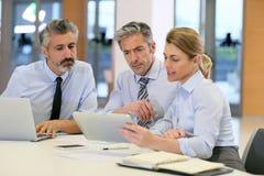 Executivos na reunião financeira Imagens de Stock
