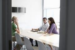 Executivos na sala de conferências Imagem de Stock Royalty Free