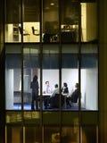 Executivos na sala de reunião na noite Imagens de Stock