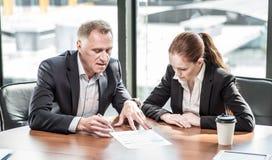 Executivos na tabela de reunião Fotografia de Stock