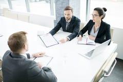Executivos na tabela de reunião fotografia de stock royalty free