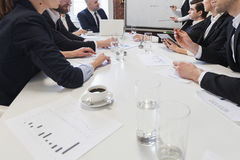 Executivos na tabela de reunião Imagens de Stock Royalty Free